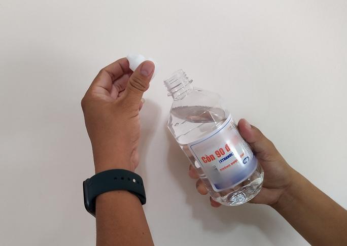 Sai lầm mùa Covid-19: rửa tay bằng cồn 90 độ, quá chuộng nước rửa tay khô - Ảnh 1.