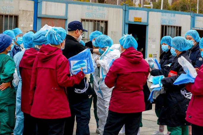 Covid-19: Bệnh viện Vũ Hán quá tải, bệnh nhân vừa có giường thì qua đời - Ảnh 1.