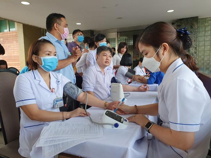 Giải cứu ngân hàng máu mùa Covid-19, hàng trăm y bác sĩ hiến máu tình nguyện - Ảnh 9.