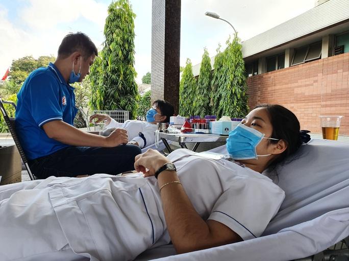 Giải cứu ngân hàng máu mùa Covid-19, hàng trăm y bác sĩ hiến máu tình nguyện - Ảnh 10.