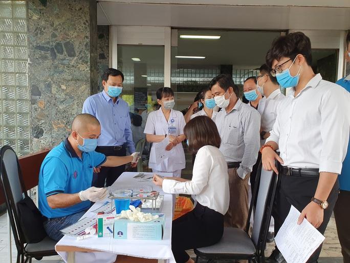 Giải cứu ngân hàng máu mùa Covid-19, hàng trăm y bác sĩ hiến máu tình nguyện - Ảnh 6.