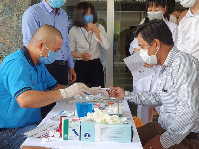 Giải cứu ngân hàng máu mùa Covid-19, hàng trăm y bác sĩ hiến máu tình nguyện - Ảnh 2.