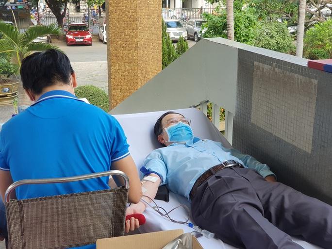 Giải cứu ngân hàng máu mùa Covid-19, hàng trăm y bác sĩ hiến máu tình nguyện - Ảnh 7.