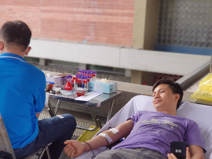 Giải cứu ngân hàng máu mùa Covid-19, hàng trăm y bác sĩ hiến máu tình nguyện - Ảnh 12.