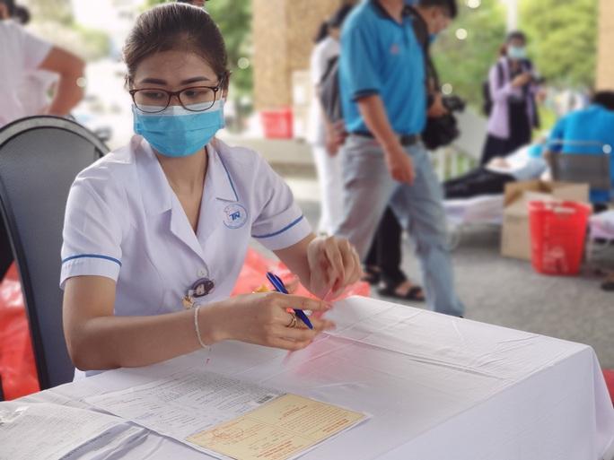 Giải cứu ngân hàng máu mùa Covid-19, hàng trăm y bác sĩ hiến máu tình nguyện - Ảnh 4.