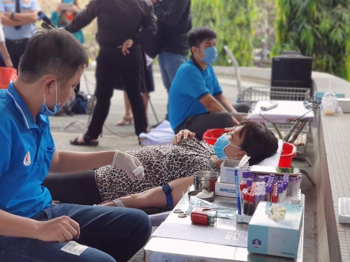 Giải cứu ngân hàng máu mùa Covid-19, hàng trăm y bác sĩ hiến máu tình nguyện - Ảnh 3.
