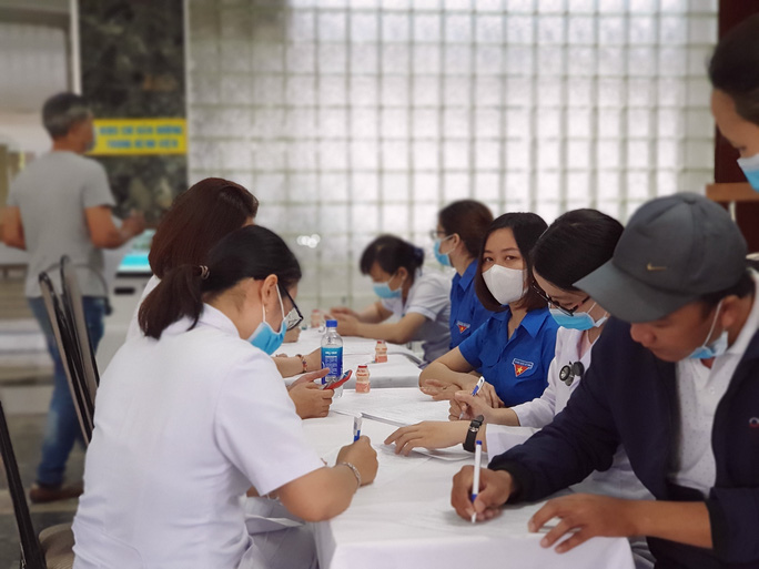 Giải cứu ngân hàng máu mùa Covid-19, hàng trăm y bác sĩ hiến máu tình nguyện - Ảnh 1.