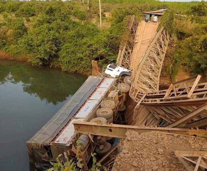 Sập cầu, xe tải lộn đầu xuống suối - Ảnh 1.