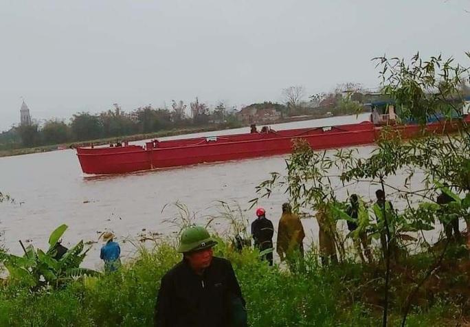 Tàu hút cát đâm chìm thuyền trên sông Đáy, 1 người mất tích trong đêm - Ảnh 1.