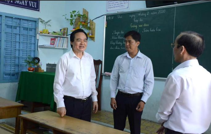 Bộ trưởng Phùng Xuân Nhạ: Tính mạng, sức khỏe của học sinh, giáo viên là trên hết - Ảnh 1.