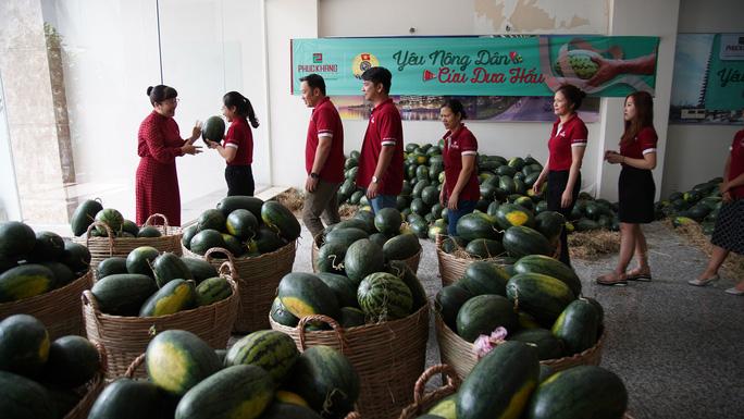 Hội doanh nhân trẻ giải cứu hơn 2.000 tấn dưa hấu, thanh long - Ảnh 2.