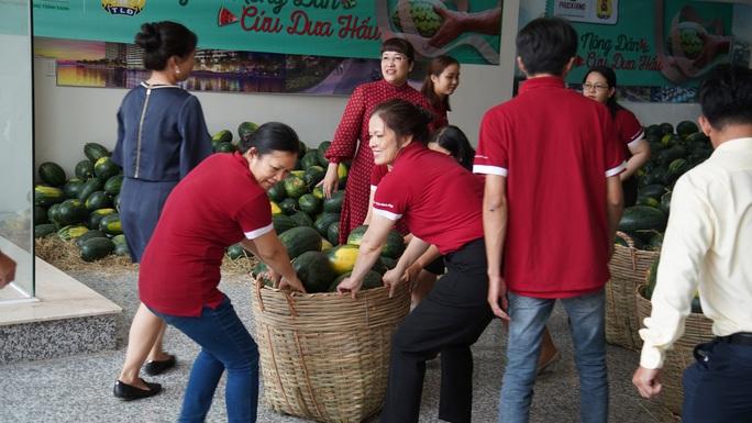 Hội doanh nhân trẻ giải cứu hơn 2.000 tấn dưa hấu, thanh long - Ảnh 3.