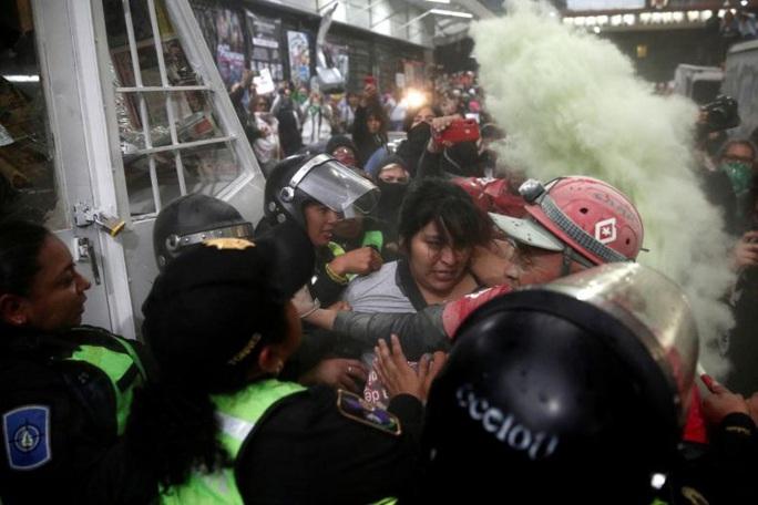 Mexico: Người biểu tình phẫn nộ vụ thi thể nữ giới bị cắt xén - Ảnh 1.