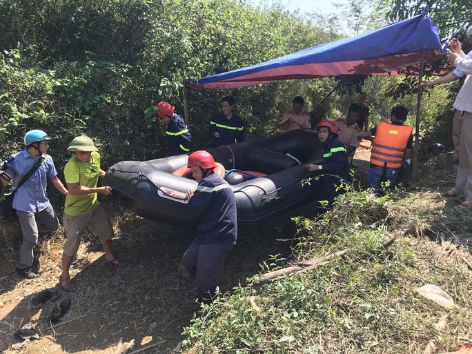Đò chở 12 người vượt khe đi khai thác tràm bị chìm, 3 người mất tích - Ảnh 1.