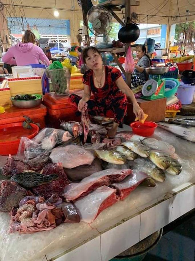 Tiểu thương vô tư xẻ thịt rùa xanh quý hiếm bán ở chợ Hà Tiên - Ảnh 1.