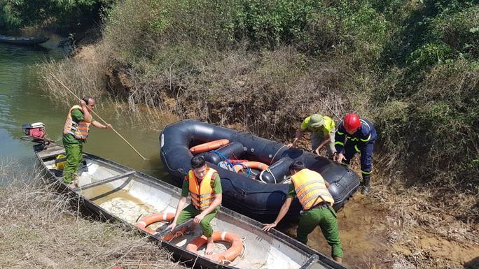 Đò chở 12 người vượt khe đi khai thác tràm bị chìm, 3 người mất tích - Ảnh 2.