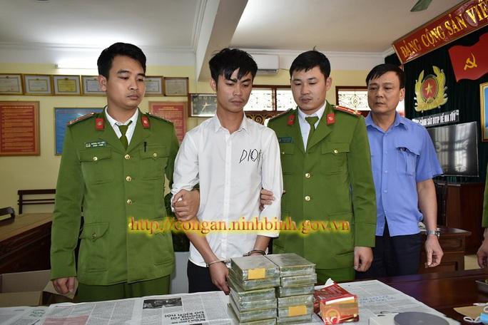 Đi máy bay từ Hà Nội vào Kon Tum ôm 12 bánh heroin về Ninh Bình tiêu thụ - Ảnh 1.