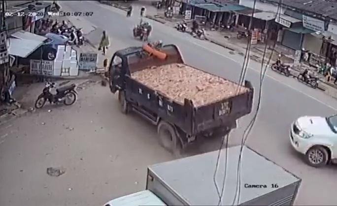 CLIP: Tài xế xe tải đánh lái tránh xe bán tải, nhiều người thoát chết trong gang tấc - Ảnh 1.