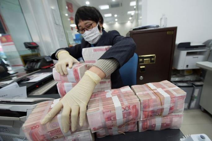 Trung Quốc khử trùng, cách ly tiền giấy để ngăn chặn Covid-19 - Ảnh 1.