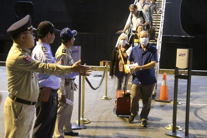 Hành khách trên du thuyền cập cảng Campuchia nhiễm Covid-19 - Ảnh 1.