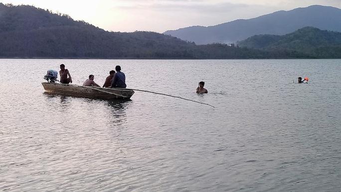 Bình Thuận: Lật thuyền, 1 học sinh mất tích - Ảnh 2.