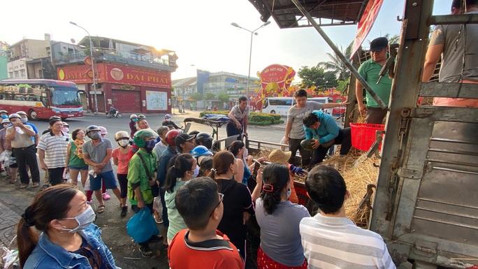 Giải cứu nông sản: Người dân xếp hàng nhận dưa hấu và ủng hộ tiền hỗ trợ kinh phí - Ảnh 2.
