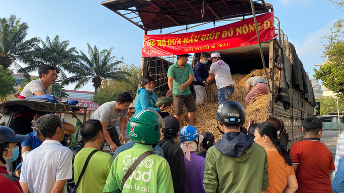 Giải cứu nông sản: Người dân xếp hàng nhận dưa hấu và ủng hộ tiền hỗ trợ kinh phí - Ảnh 3.