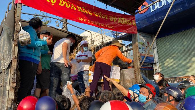 Giải cứu nông sản: Người dân xếp hàng nhận dưa hấu và ủng hộ tiền hỗ trợ kinh phí - Ảnh 4.