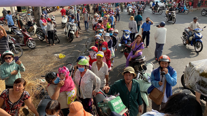 Giải cứu nông sản: Người dân xếp hàng nhận dưa hấu và ủng hộ tiền hỗ trợ kinh phí - Ảnh 8.