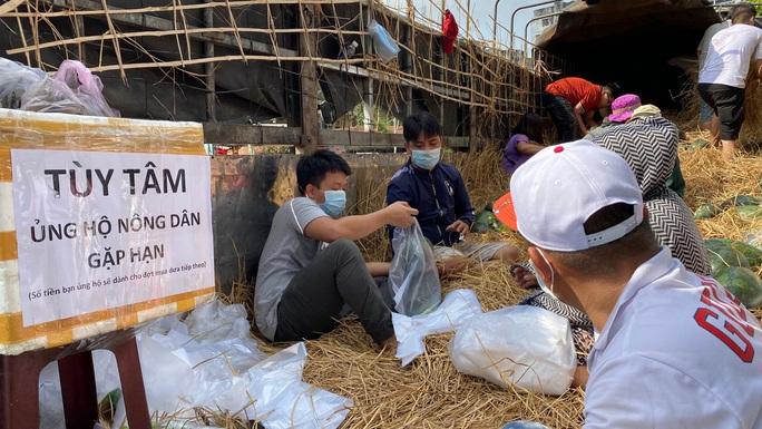 Giải cứu nông sản: Người dân xếp hàng nhận dưa hấu và ủng hộ tiền hỗ trợ kinh phí - Ảnh 7.