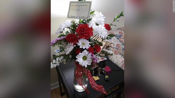 Chồng quá cố bí mật tặng hoa cho vợ hằng năm - Ảnh 4.