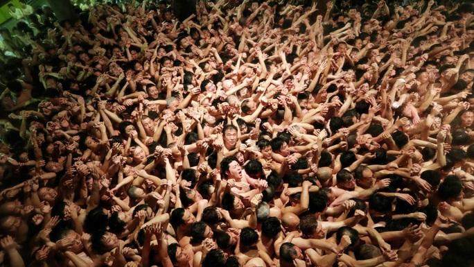 Bất chấp giá lạnh, hàng ngàn người tề tựu dự lễ hội khỏa thân ở Nhật Bản - Ảnh 1.