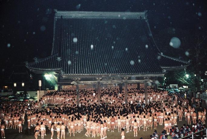 Bất chấp giá lạnh, hàng ngàn người tề tựu dự lễ hội khỏa thân ở Nhật Bản - Ảnh 3.