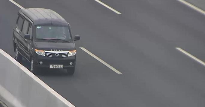 CLIP: Ôtô ngang nhiên chạy ngược chiều trên cao tốc Hà Nội-Hải Phòng - Ảnh 2.