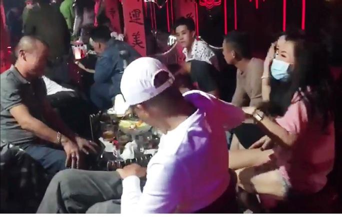 Sau phát súng từ tân giám đốc công an tỉnh, Công an TP Đà Lạt đánh úp quán bar có nhiều người phê ma túy - Ảnh 1.