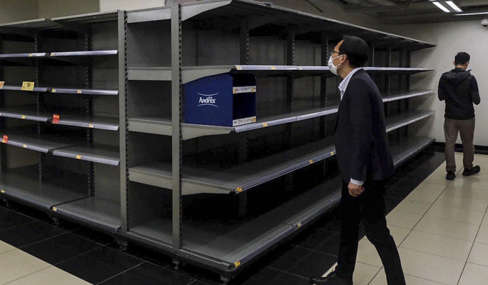 Covid-19: Hồng Kông truy nã cướp vũ trang trộm hàng trăm cuộn giấy vệ sinh - Ảnh 4.