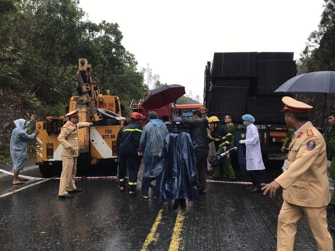 Hiện trường kinh hoàng vụ tai nạn giữa 2 xe khách và xe đầu kéo - Ảnh 3.