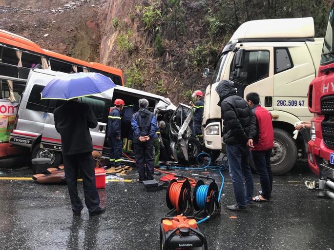 CLIP: Khoảnh khắc ôtô 16 chỗ vượt xe đầu kéo dẫn đến vụ tai nạn kinh hoàng - Ảnh 3.