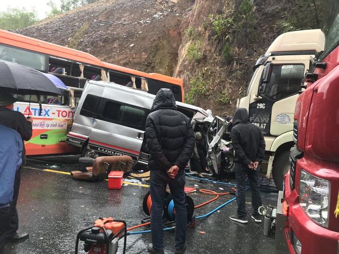 Hiện trường kinh hoàng vụ tai nạn giữa 2 xe khách và xe đầu kéo - Ảnh 1.