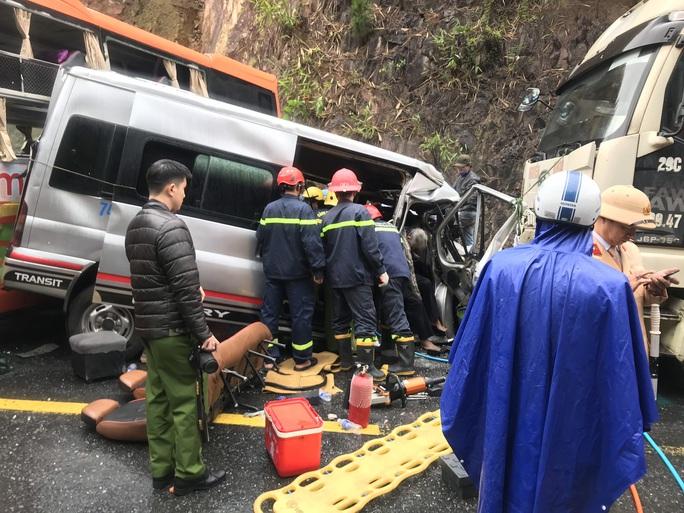 Hiện trường kinh hoàng vụ tai nạn giữa 2 xe khách và một xe đầu kéo - Ảnh 2.