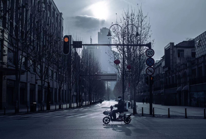 Phim tài liệu ngắn Đêm trường Vũ Hán gây sốt - Ảnh 2.