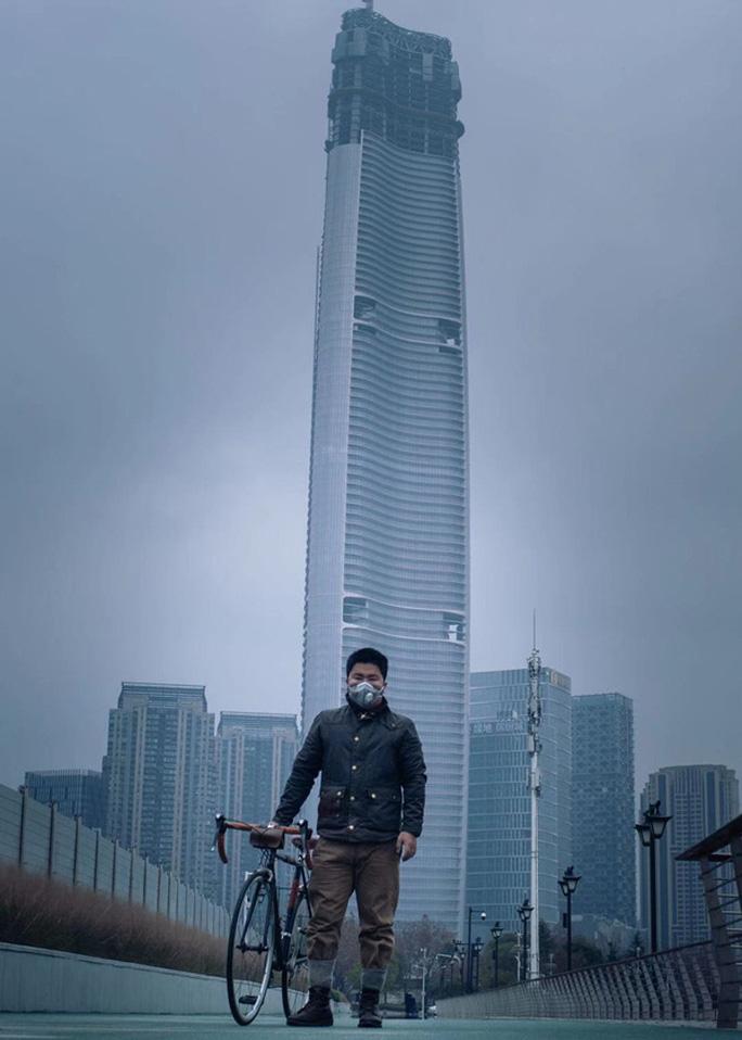 Phim tài liệu ngắn Đêm trường Vũ Hán gây sốt - Ảnh 4.