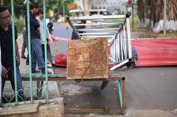 Sập cổng Bảo tàng tỉnh Đắk Lắk do.. gió! - Ảnh 3.