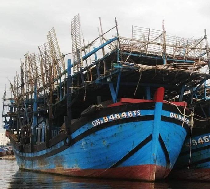 Tàu câu mực Quảng Nam bốc cháy, 33 thuyền viên may mắn thoát nạn - Ảnh 1.