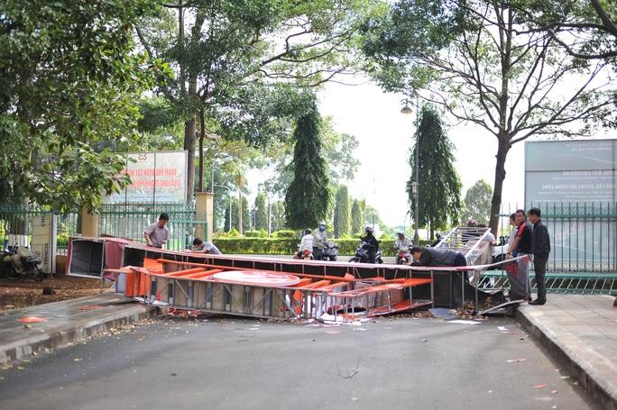 Sập cổng Bảo tàng tỉnh Đắk Lắk do.. gió! - Ảnh 2.