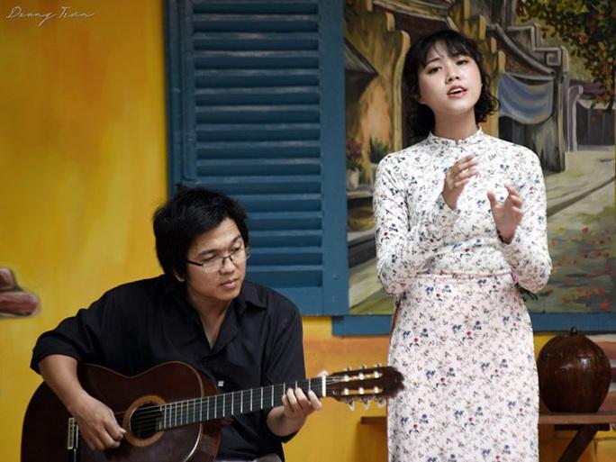 CLIP: Cô gái hát nhạc Trịnh gây sốt mạng xã hội - Ảnh 1.
