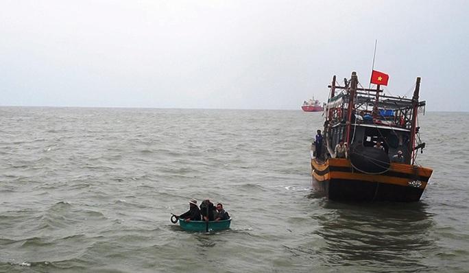 Tàu cá chìm ở Quảng Bình, 1 ngư dân mất tích - Ảnh 1.