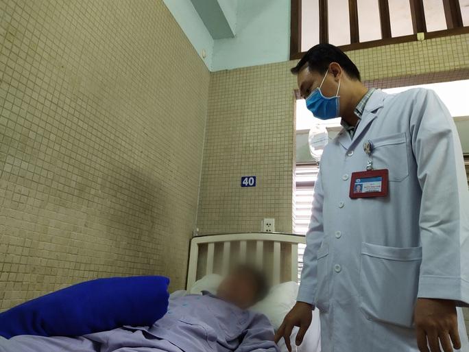 Bệnh nhân tưởng bụng bia, bác sĩ lấy ra khối bướu khổng lồ 7,3 kg - Ảnh 1.