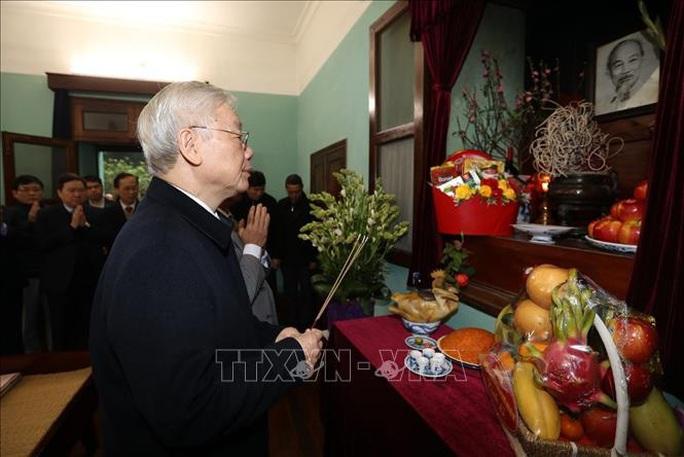 Tổng Bí thư, Chủ tịch nước Nguyễn Phú Trọng dâng hương tưởng niệm Chủ tịch Hồ Chí Minh tại Nhà 67 - Ảnh 1.