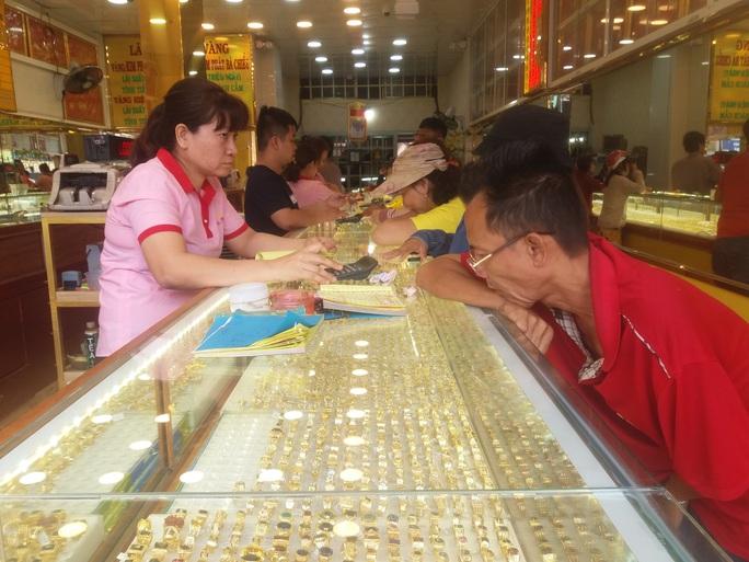 Sát ngày Thần Tài, tiệm vàng tấp nập người mua - Ảnh 5.